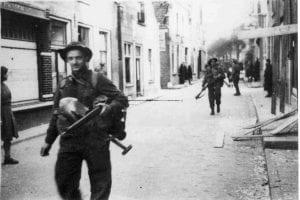 Canadese bevrijders in de Brugstraat 11-04-1945