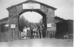 Hoofdpoort Gevangenenkamp Erica na de bevrijding in 1945