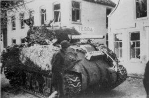 Ommen Voorbrug Canadese Sherman M4 tank 11 april 1945