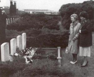 Zus van Arthur Buckley bij zijn graf